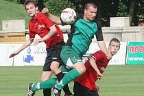 Soušký Horák a Linka (v červeném) mají v práci jiřetínského Balína. V derby vyhrála Souš 2:1.