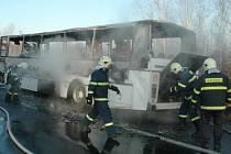 Hasiči při likvidaci požáru autobusu.