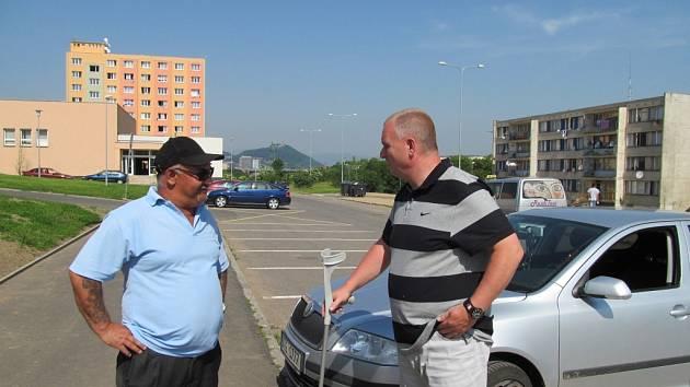Most chtěl mít původně v Chánově i takzvané mentory, od těch ale musel upustit. Na snímku jeden z mentorů s ředitelem MP Bronislavem Schwarzem.