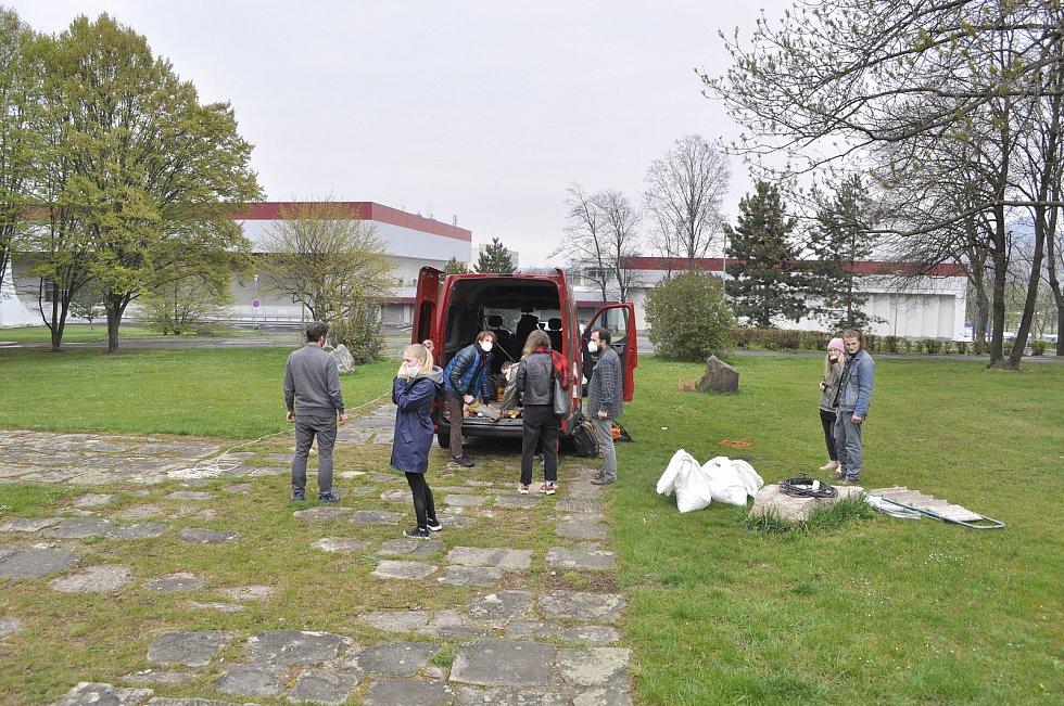 Proslulý kamenný objekt Biologické těleso sochaře Josefa Klimeše je od víkendu schovaný v krychli potažené plachtou s velkoformátovými fotografiemi blízkého okolí. Instalace tak vytváří iluzi neviditelnosti. Těleso, známé jako létající talíř či klobouk, z