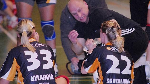 Trenér Mostu Jiří Hanus udílí pokyny hráčkám. Získá jeho tým v Liberci dva body? Fandové se mohou přesvědčit na vlastní oči.