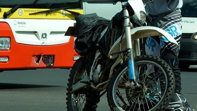 Motorka a autobus po nehodě.