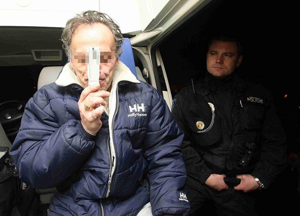 Strážníci pomocí testru na sliny kontrolují přítomnost omamných látek