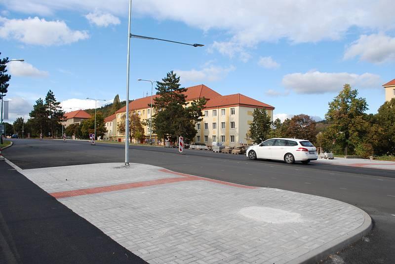 Rekonstrukce hlavní silnice v mostecké ulici SNP vrcholí.