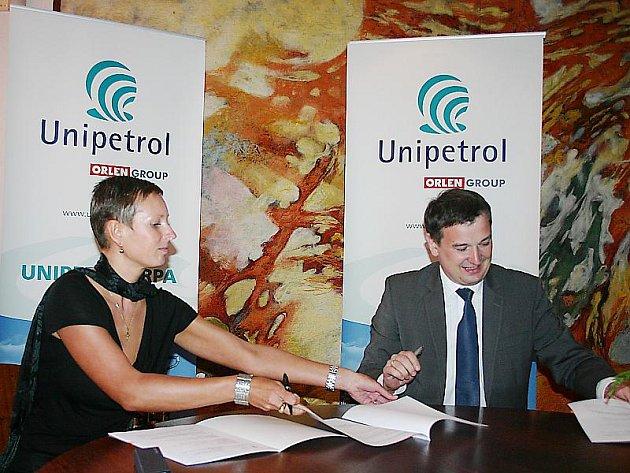 Starostka města Lom Kateřina Schwarzová a generální jednatel společnosti Unipetrol RPA Artur Pazdzior podepisují darovací smlouvu.