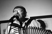 Rokáč Vinohrady v Mostě oslaví třetí narozeniny. Při té příležitosti vystoupí undergroundová legenda Jim Čert a formace Primitiv Akustik.
