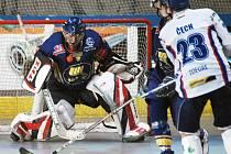 Hokejbalisté Penta Most (bílé dresy) ve víkendovém kole extraligy hokejbalu vysoko 11:3 vymazali nováčka Kert Park Praha.