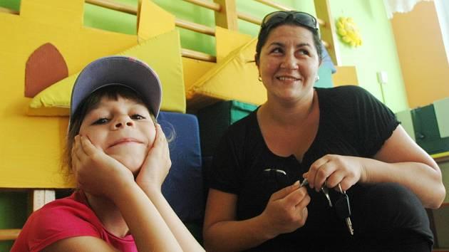 Viktorie a její maminka Irena v mateřské škole v ulici Komořanská v Mostě.