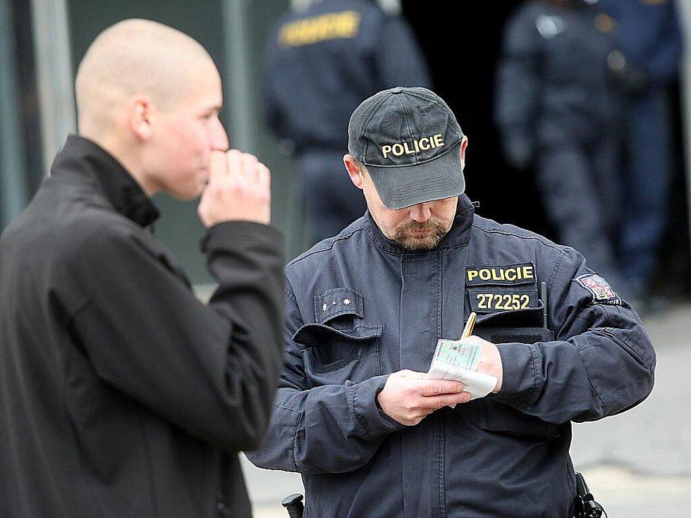 Policista lustruje účastníka pochodu Reho 2010.
