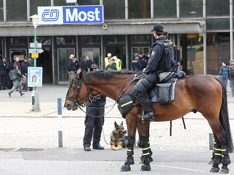 Policista na koni sleduje sraz radikálů u mosteckého nádraží.