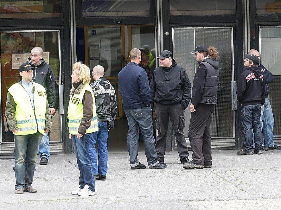Pravicoví radikálové před nádražím v Mostě.