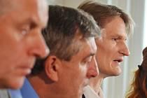 Tisková konference na litvínovské radnici k událostem v chemičce. Zcela vpravo šéf Unipetrolu Marek Świtajewski.
