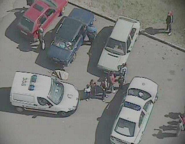 Strážníci zastavují vozidlo, které řídí muž bez oprávnění.