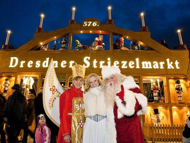 Vánoční trh v Drážďanech se slavnou pyramidou.