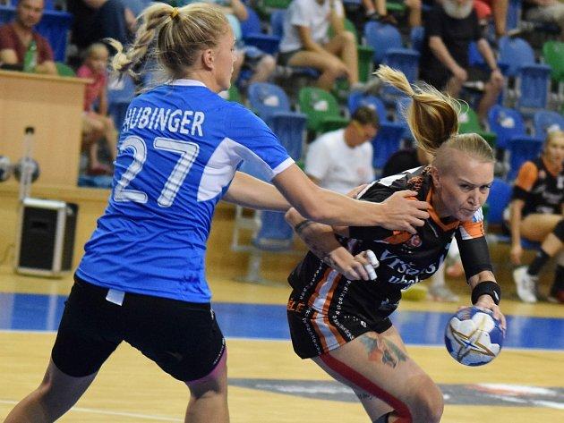 Mostecká Petra Růčková (v černém) v zápase s německým Thüringerem.