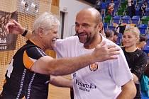 Trenér Peter Dávid (v bílém) nyní potáhne házenkáře Zubří. Na snímku při děkovačce s fanoušky Černých andělů.