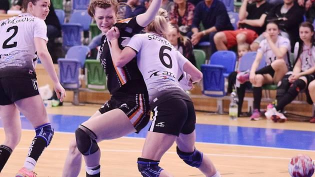Adriana Míšová (v černém) v zápase s Partizánským.