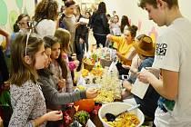 Ve 4. ZŠ Most se konal 1. Farmářský trh. Děti prodávaly domácí potraviny či výpěstky ze zahrádek učitelů.