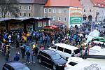 Fanoušci před litvínovským stadionem