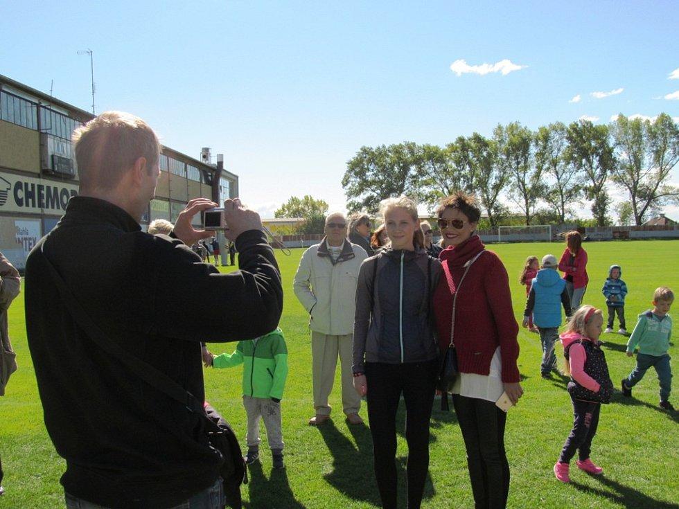 Vlaďka Erbová po zápase vyhověla žadatelům o společnou fotografii...