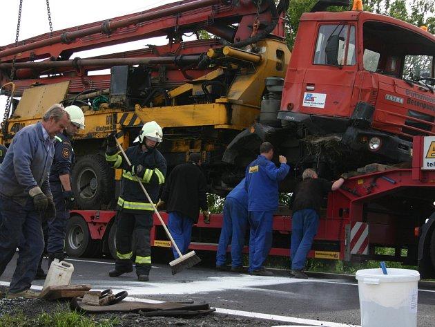 Hasiči odstraňují následky nehody.