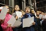 Zpívání koled v mosteckém Centralu.