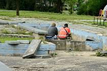 Zchátralý a poškozený park u mostecké sportovní haly je terčem kritiky řadu let.
