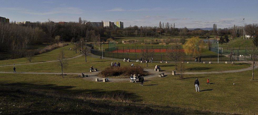 Nedělní situace u zavřeného rekreačního areálu Benedikt v Mostě.