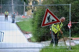 U bývalého obchodního střediska Sputnik v Mostě pokračuje rekonstrukce chodníků a schodišť