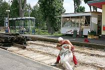 Pracovník zvedá ženu, která upadla na kolejišti v Litvínově. Terén pod poliklinikou je rozestavěný a pro chodce nebezpečný. Ženě se naštěstí nic vážného nestalo.