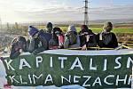 Aktivisté přenocovali na rypadle v Lomu Vršany na Mostecku