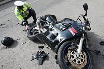 Jedna z dopravních nehod v Ústeckém kraji, při kterých havaroval motorkář.