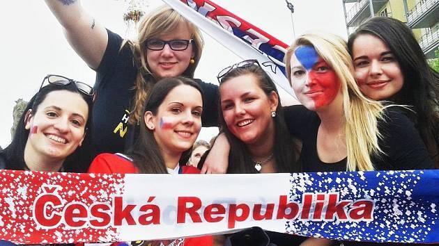 Česká republika se opět proměnila v zemi plnou hokejových fanoušků a fanynek. Fandit se bude i na 1. náměstí v Mostě, odkud je i snímek z roku 2015. Vznil přiutkání ČR - Kanada