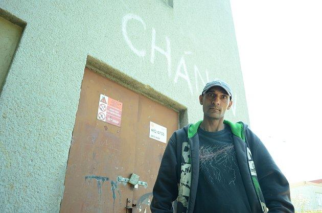 Josefovi je 42let a kontejnerovým bytům moc nevěří. Podle něj je lepší investovat vChanově do paneláků.
