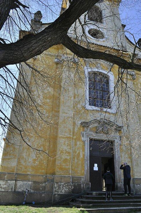 Nedělní bohoslužba v kostele v mosteckém Vtelně.