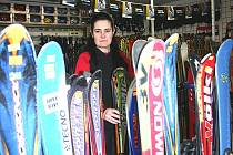 Prodavačka z Avantgard sportu Monika Romaňáková ukazuje lyže.
