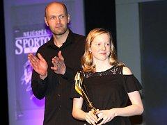 Vyhlášení nejlepších v loňském roce. Vpředu je talentovaná plavkyně Kamila Javorková, za ní tleská bývalý fotbalový reprezentant a dnes trenér Petr Johana.