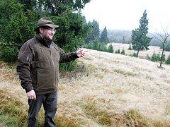 Litvínovský lesní správce Pavel Rus ukazuje lokalitu, kde se daří tetřívkovi.
