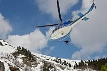 Vrtulník záchranářů na horách.