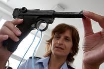 Mostecká policistka Bronislava Chomátová s odevzdanou válečnou pistolí.
