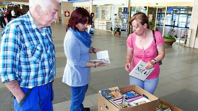 Knihy už jsou k dispozici na mosteckém nádraží.