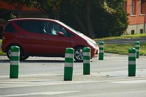 Zelené sloupky, balisety, na silnicích v ulicích Františka Halase a Bělehradská v Mostě zůstanou