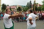 Herec a komik Václav Upír Krejčí přijel do Horního Jiřetína ukázat školákům, jak se nakládá s vysloužilými elektrospotřebiči. Přístroje odevzdávali i dospělí.