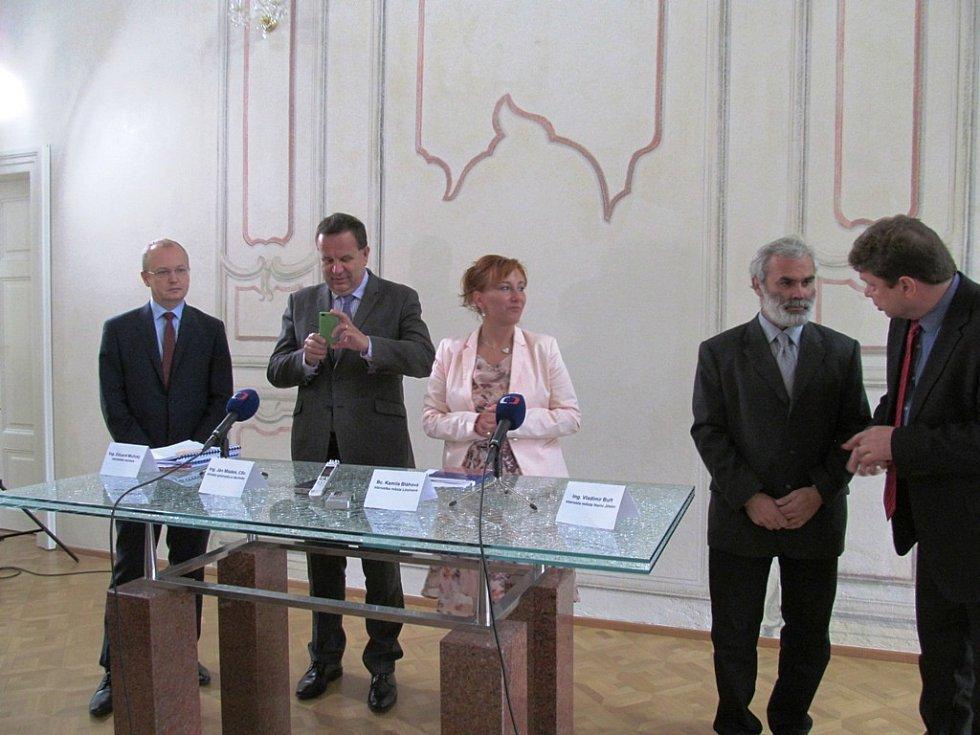 Tisková konference na Valdštejnském zámku.