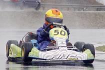 O víkendu si mladí závodníci vyzkoušeli jaké to je jet na mokré dráze. Na snímku krotí na okruhu svůj stroj Jan Janovský.