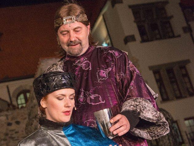 Lucia Jagerčíková jako Eliška a Miroslav Večerka v roli císaře Karla IV. v inscenaci muzikálu Noc na Karlštejně v romantickém prostředí hradu Hněvína.