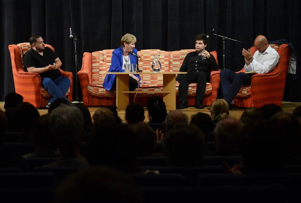 Beseda s mosteckým houslistou Milanem Al-Ashhabem (druhý zprava)