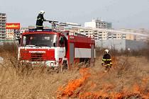 Vysoké plameny zachvátily travní porost bývalých sadů u Baumaxu