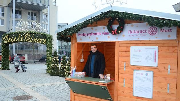 Na 1. náměstí v Mostě začaly Vánoční trhy.