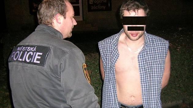 Muž, který se nejprve popral a poté u něj strážníci našli 3 pasy.